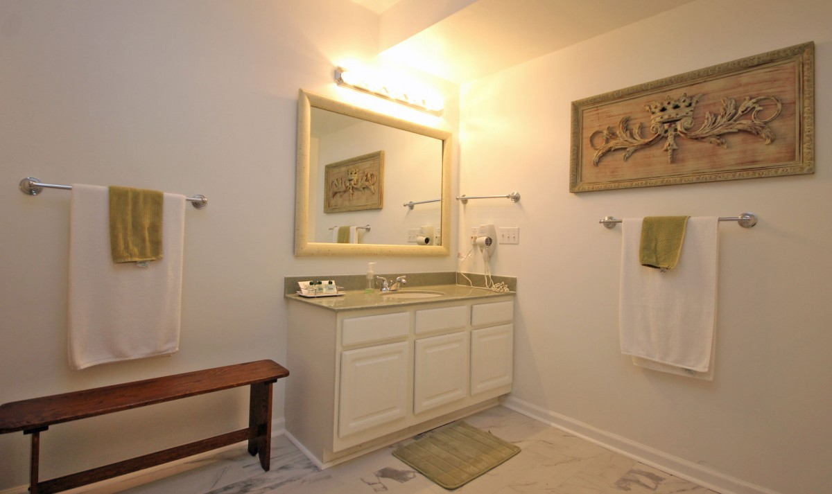 Another view of the bathroom.