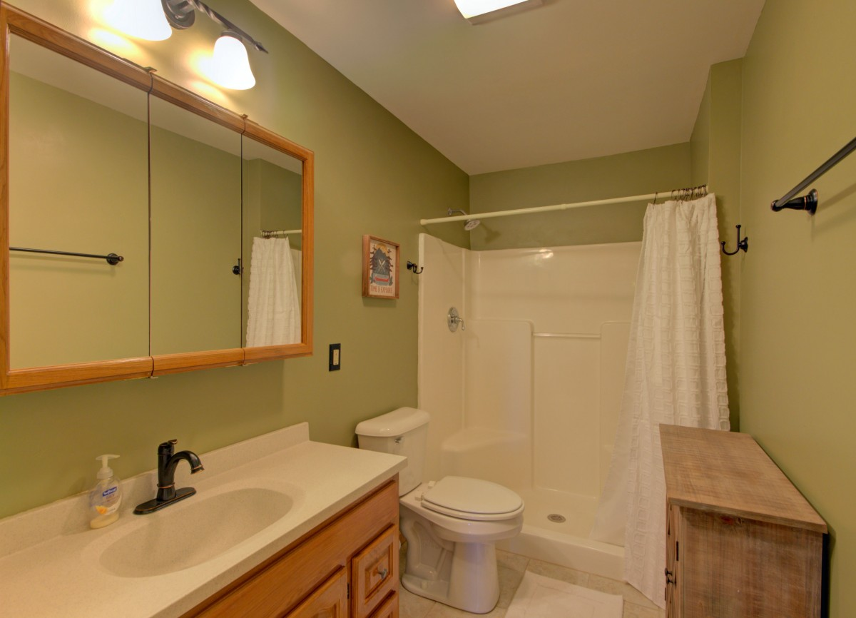 The second bath has lots of space.
